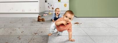 małe dziecko na podłodze